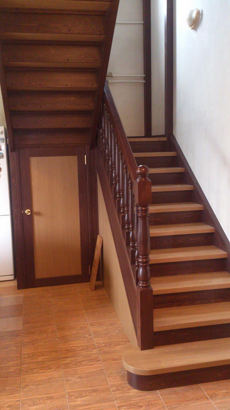 Деревянная лестница с поворотной площадкой