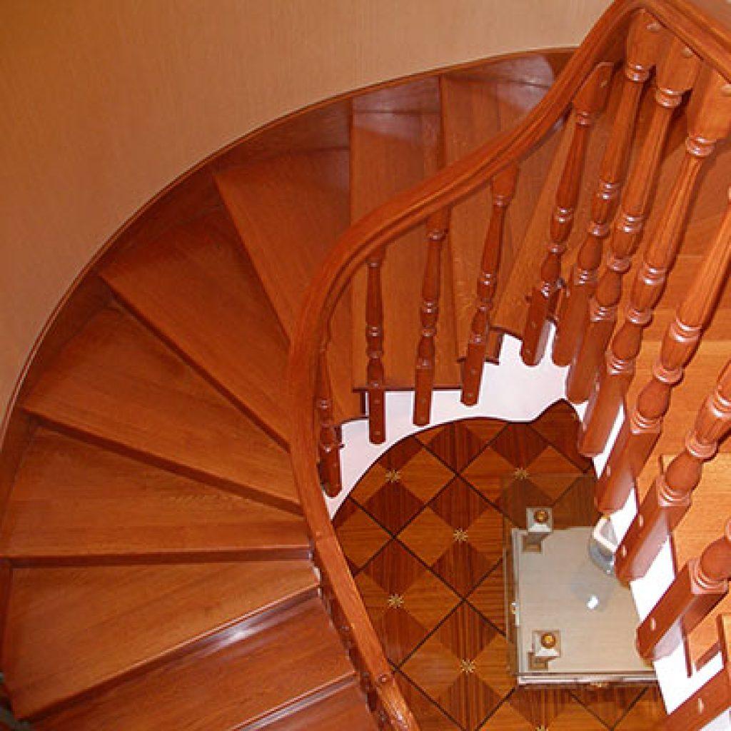 Деревянная лестница из дуба с поворотными