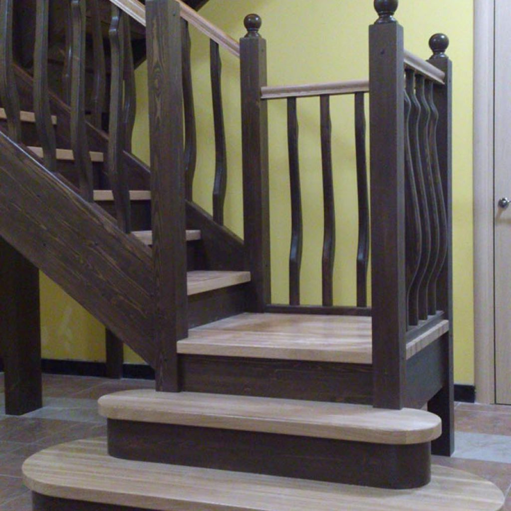 Деревянные лестницы с поворотной площадкой
