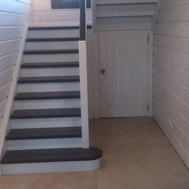 Деревянная лестница тонированная