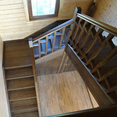 Деревянная лестница из дуба с поворотными площадками