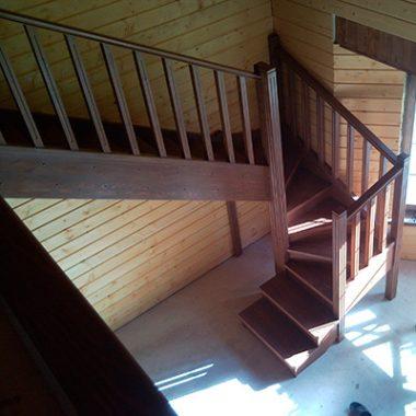 Деревянная лестница с поворотными ступенями на 180 градусов