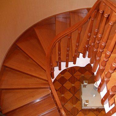 Деревянная лестница с поворотными ступенями